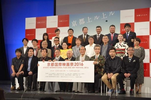門川大作市長(前列右から4人目)、中島貞夫名誉委員長(前列右から5人目)を中心に、記念撮影に応じる関係者