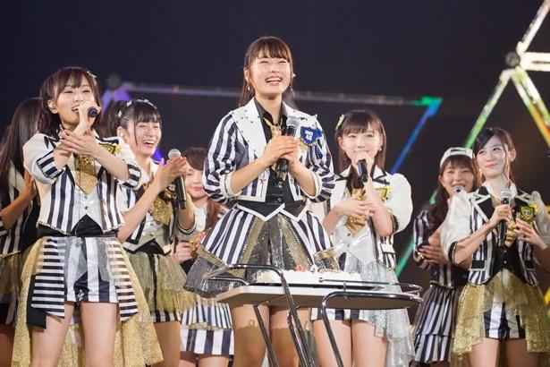 20歳の誕生日を迎え、祝福される渋谷凪咲