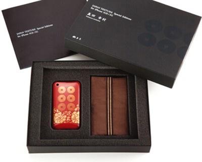 セット内容は、「iPhone 3GS/3G用漆ケース(素材:ポリカーボネート樹脂、表面加工:漆)」、「専用袋」、「解説本」