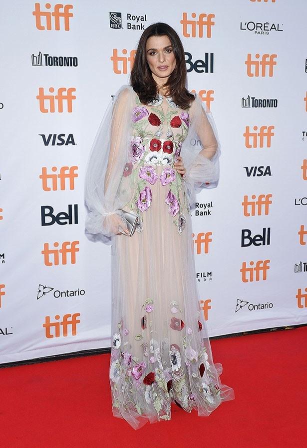 【写真を見る】残念なドレスを着て登場したレイチェル