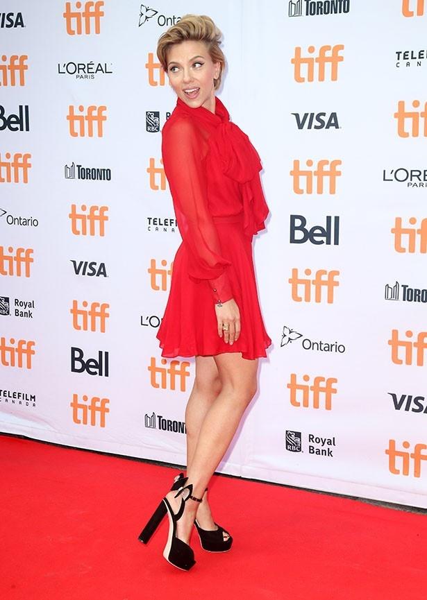 スカーレットはシンプルなドレスも完璧に着こなしている