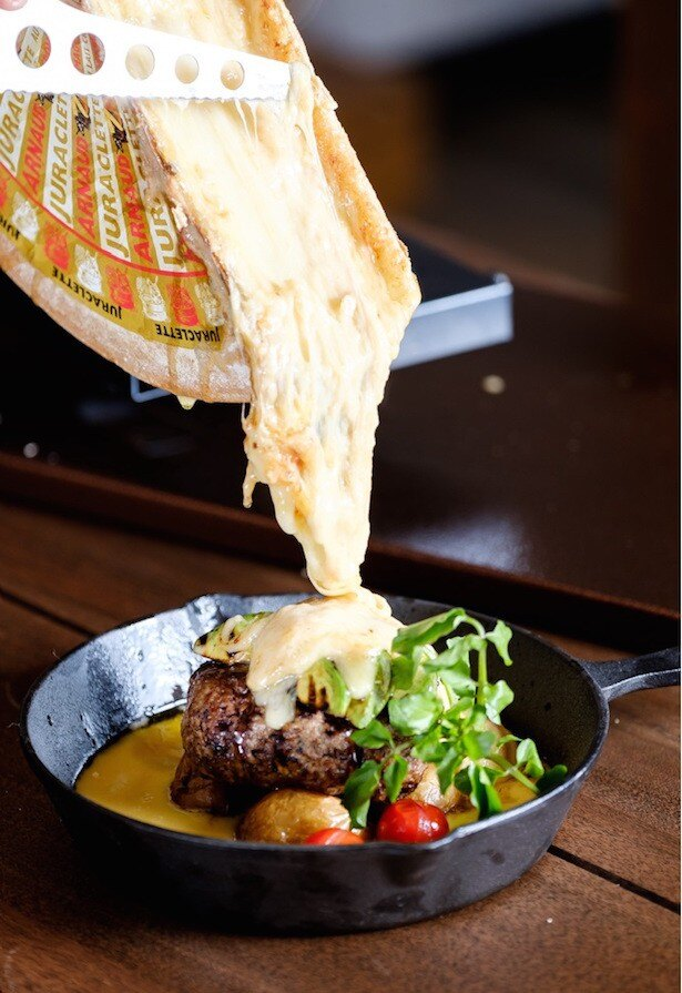 とろける瞬間のチーズが味わえるラクレットチーズ料理から「ビーフ100%ハンバーグとアボカドグリル」 1880円(税抜)