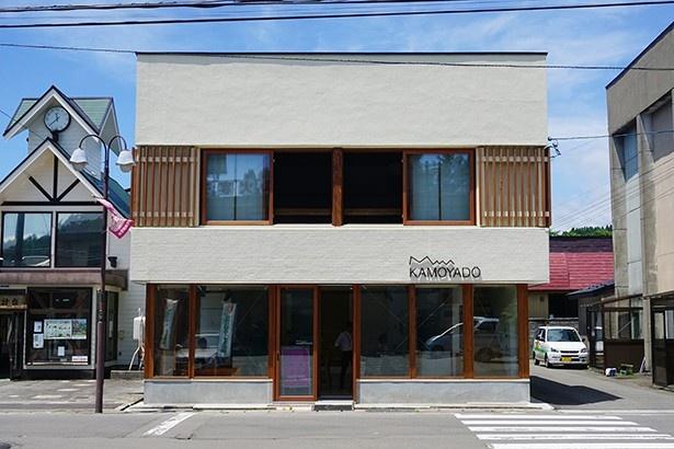 2015年に生まれ変わった藤里町の「かもや堂」。FujisatoRECのキャンプ予約受け付け場所など、新たな町の拠点となっている
