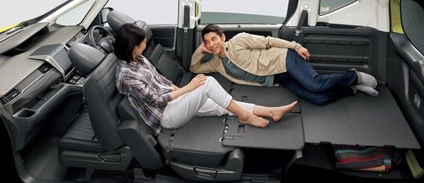 【写真を見る】シートを倒せば大人2人が余裕で寝られるスペースが生まれるほどの室内空間