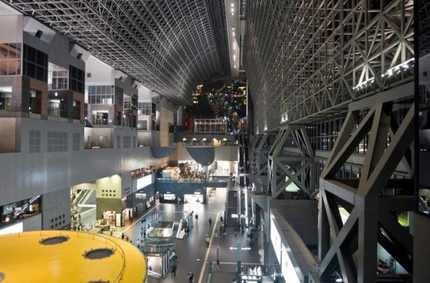 【写真を見る】京都駅ビルには、京都の定番グルメや老舗の名店のお土産も集結