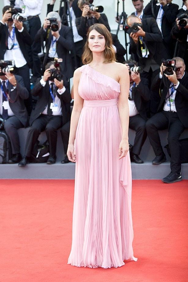 どんなドレスも素敵に着こなすジェマ