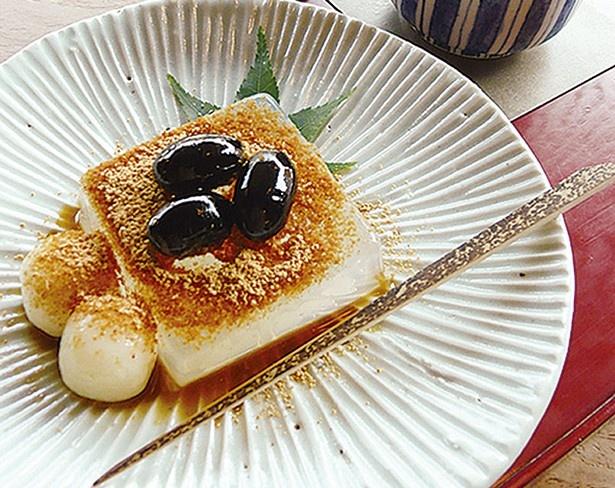ぷるぷるの寒天に丹波黒豆を添えた「りょうか」(870円※京番茶付き)/御室さのわ