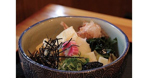 湯葉に生麩、九条ねぎ、山菜などがたっぷり入った「吹寄そば」(1280円)/京のそば処 花巻屋