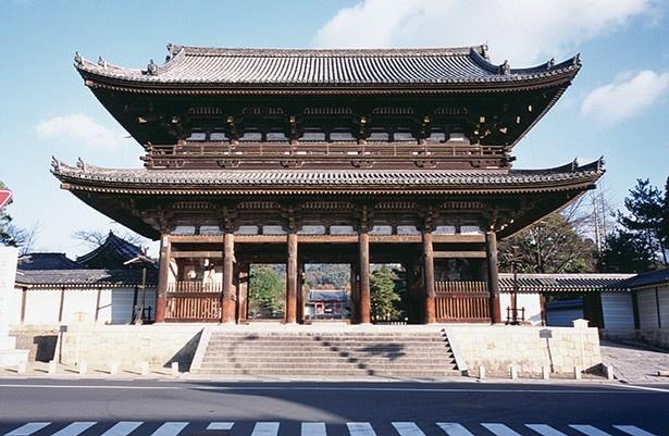 仁和寺の正面に立つ巨大な門。高さ18.7mで重層、入母屋造、本瓦葺