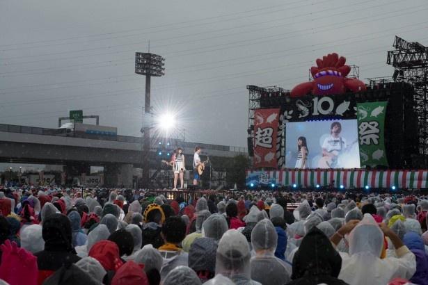 【写真を見る】いきものがかりの10周年をお祝いしようと4日間で約10万人が詰めかけた