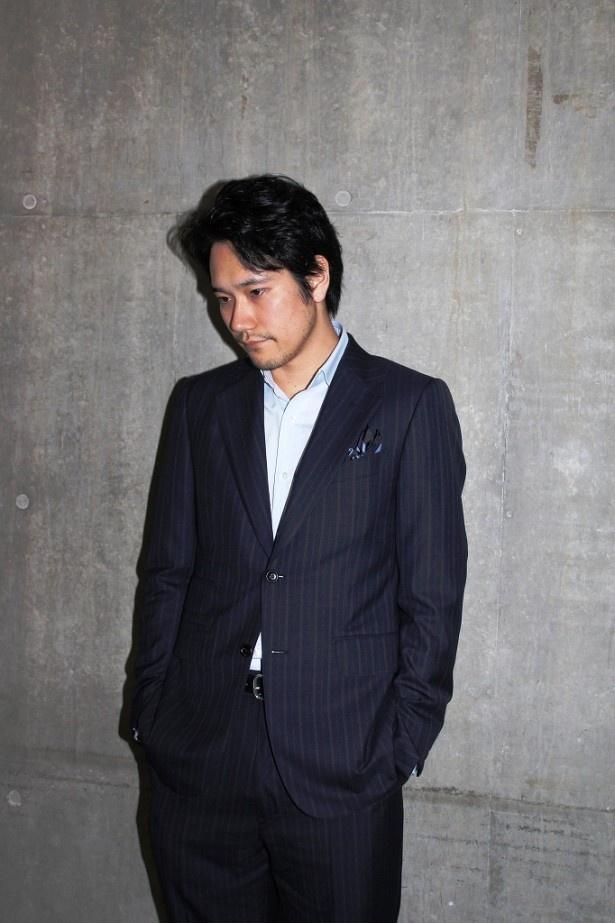 【写真を見る】ドラマの豪放なキャラクターとは対照的にクールな表情を見せる松山ケンイチ