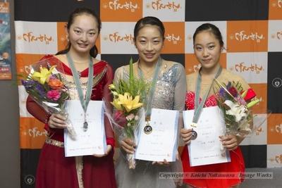 選手権女子クラスの表彰式。優勝、新田谷凜(中央)、2位、大庭雅(左)、3位、加藤利緒菜(右)。中京大学が表彰台を独占した