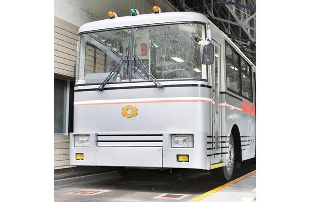 日本で唯一電気で走るトロリーバス。扇沢駅から黒部ダム駅まで6.1kmを結んでいる