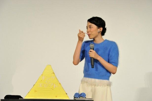 【写真を見る】永野芽郁の誕生日を一足早く黄金のピラミッドケーキでお祝い!