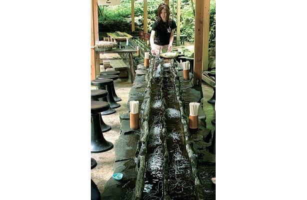 落差約60mの「阿弥陀ヶ滝」を目の前にして食べるというロケーションが何より魅力の店、「阿弥陀ヶ滝荘」(岐阜県郡上市)