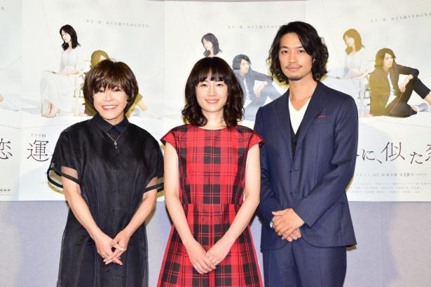 会見に登壇した(左から)北川悦吏子、原田知世、斎藤工