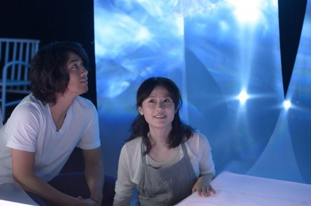 【写真を見る】シングルマザーの香澄(原田)は一流デザイナー・勇凛(斎藤)と恋に落ちる