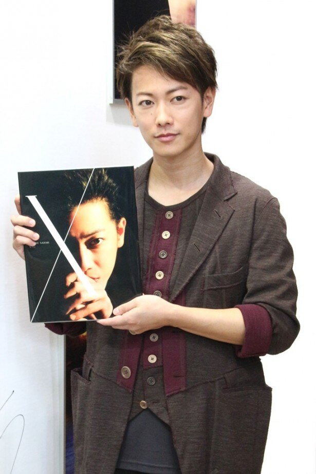 写真展が開催される会場を訪れた佐藤健