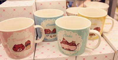 会場で先行販売されているカピバラさんのスイーツマグ(1個¥1029)は、色により絵柄が異なる