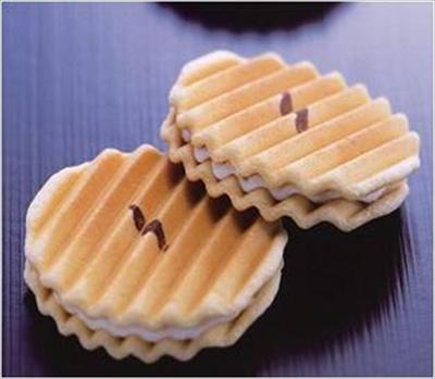 「鎌倉せんべい」(7枚入、1080円)は洋風せんべいとクリームのやさしい甘さが相性抜群!