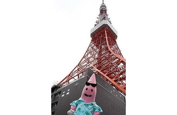 東京タワーをバックにポーズをとるノッポン兄。その後、ノッポン兄は子供たちに囲まれていた…