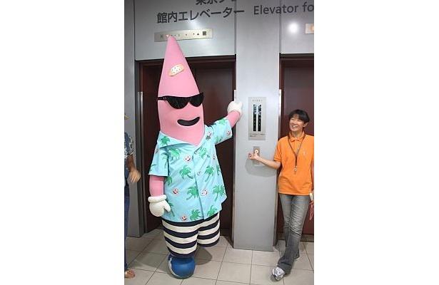 ノッポンスクエアに案内してくれるノッポン兄。エレベーターに乗れるの!?