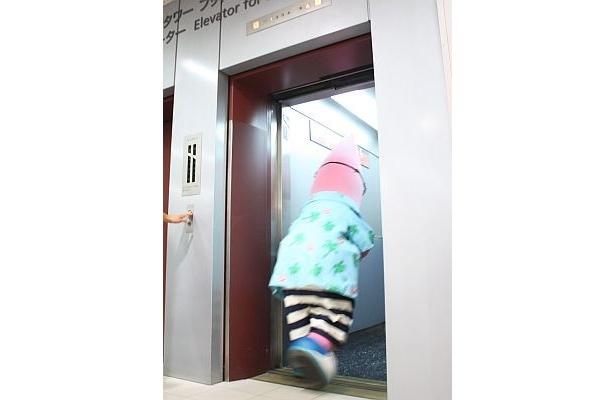 あ、エレベーターに…
