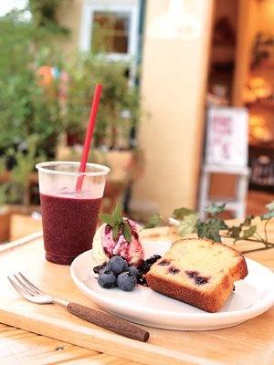 ブルーベリーバウンドケーキとブルーベリーソースのアイスクリームのセット(手前)は580円 /「ブルーベリーのこみち」(愛知県豊田市)
