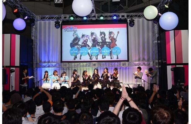 TGS2016ブシロードブース「バンドリ!」ステージ。Roseliaメンバーもゲームや新ユニットの紹介を見守ります