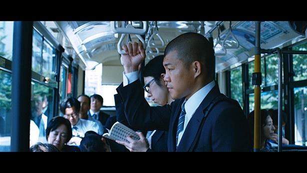 移動中のバスの車内でもどこか浮かない表情