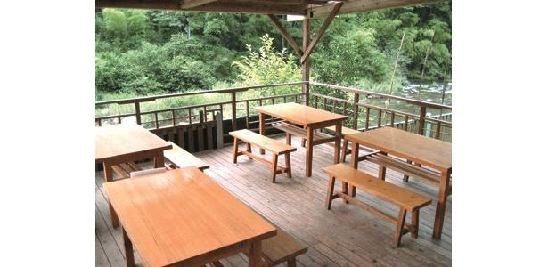 「三州足助屋敷 薫楓亭」は、愛知県豊田市足助町にある。席料は無料で川床席数は24席