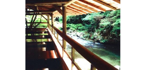 「カントリーレストラン 渓流荘」は、愛知県豊田市田津原町にある。席料は無料で川床席数は27席