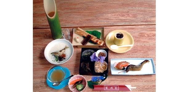 「カントリーレストラン 渓流荘」では、アユの塩焼きをメインにしたアユ尽くしのコース(3675円)がオススメ