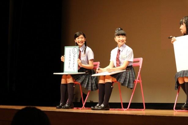 岡田愛(左)と日高麻鈴
