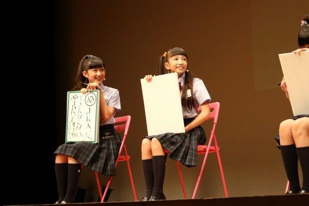 岡崎百々子(左)と有友緒心(つぐみ)