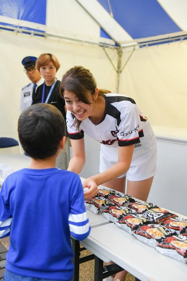 【写真を見る】稲村は牛角アイスを観客に振る舞う大サービスも!