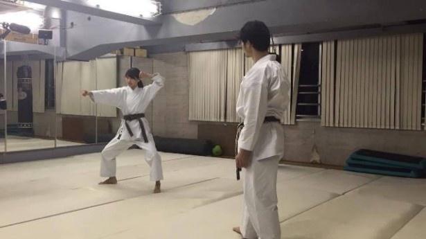 関東大会優勝などの実績をもつ吉岡静香さんとの試合に敗れた佐保ちゃんは、新しい型を生放送中に習得するべく、空手の先生の下で修行をスタート