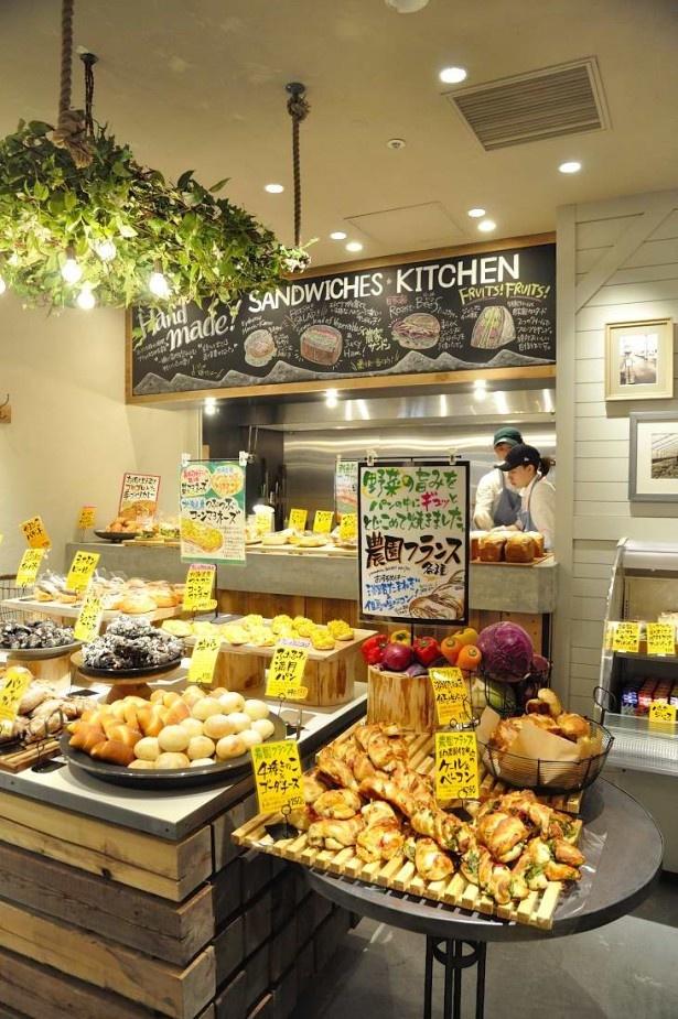日本全国の新鮮な食材を使ったパンが並ぶ「やまびこベーカリー」