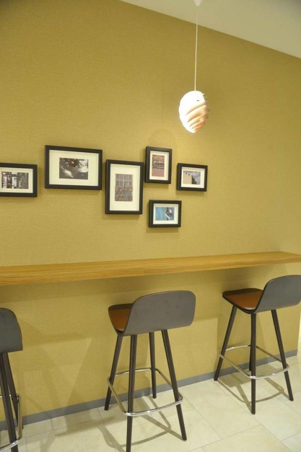 壁際に設けられた休憩スーペースもおしゃれな雰囲気。仕事帰りのひとときにも