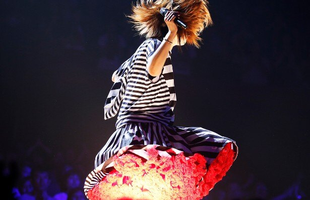 【写真を見る】ボーダーの衣装で会場を駆け回るaiko、スカートのすそから赤いレースがひらり