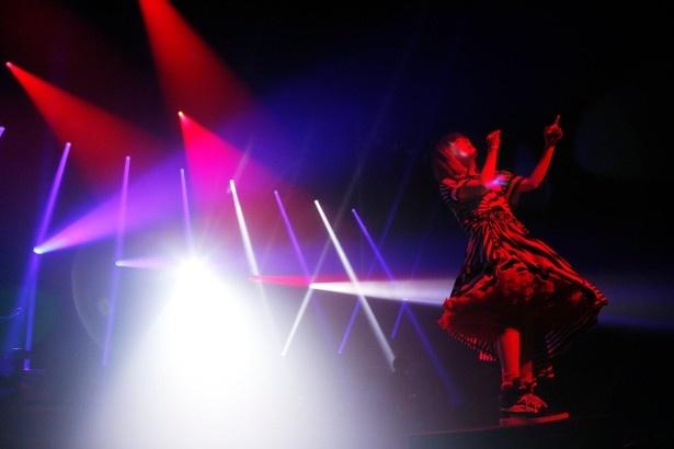 ツアーファイナルを迎えたNHKホールでは、レザービームや赤や青のライトが効果的に使われており、ライブハウスのような会場となった