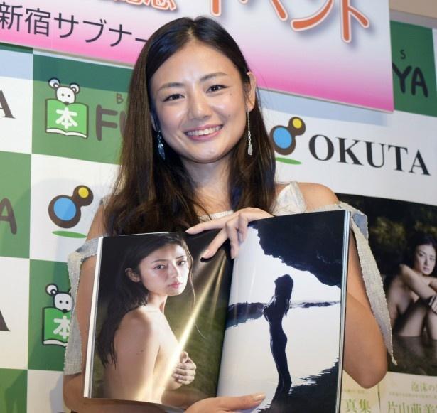 1st写真集「人魚」を発売した片山萌美