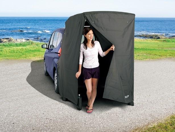 着替えなどに便利なテントも用意!