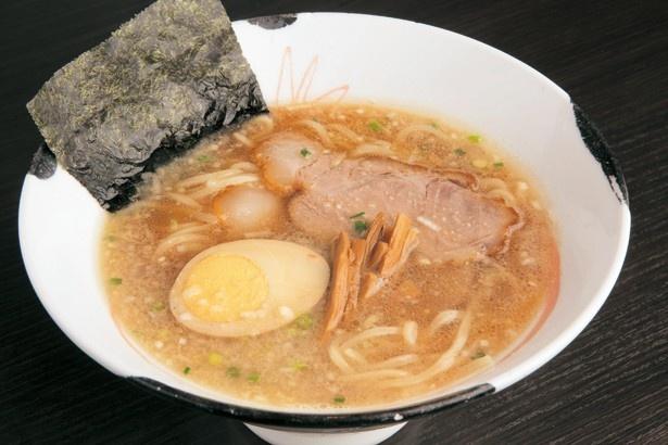 濃厚なマグロ節スープが特徴の「げんこつら~めん」は800円