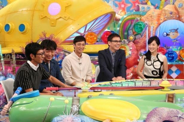 小沢一敬(左から2番目)と徳井義実(中央)は芸人仲間が女性にしている演出について暴露