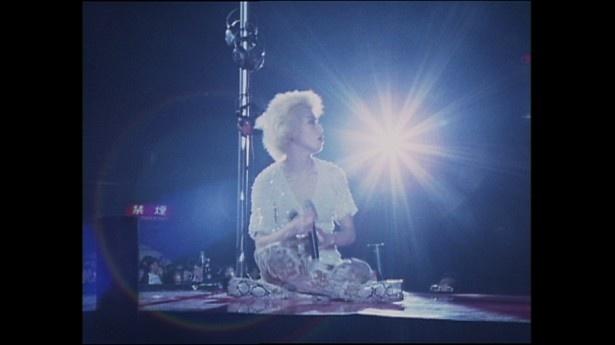 Charaという女性のドキュメンタリーとも言えるLIVE映像だ