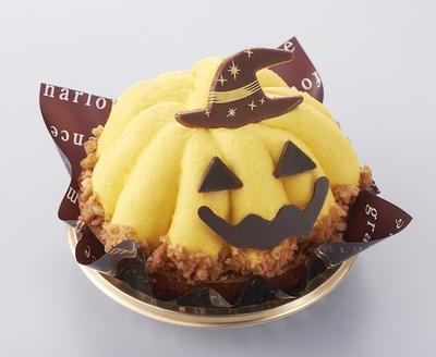 アーモンドタルトの上に、かぼちゃ甘露煮が入ったスポンジ入りクリームを重ねた可愛らしいケーキ「ハロウィン かぼちゃのおばケーキ」