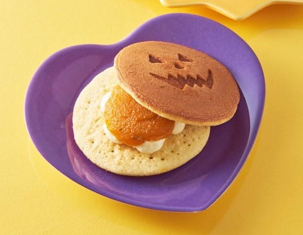 素材・製法・配合にこだわったふんわり食感のどら焼き皮と、風味 の良い餡、クリーミーな味わいのバタークリームが調和した「ハロウィンパンプキンバタどら」