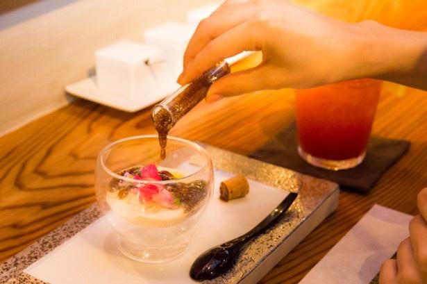 「とろ湯葉のお刺身風チアシード酢」(680円)は自分でチアシードのドレッシングをトッピングする楽しみも!