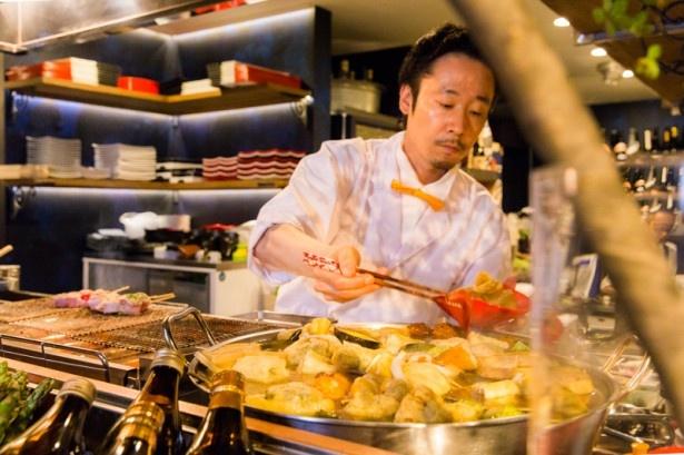 カウンター席からは料理人の手さばきを堪能することもできる